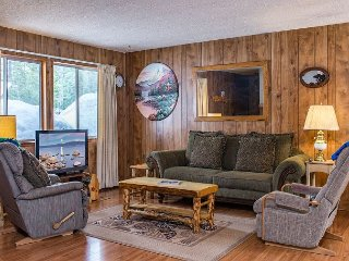 3BR Dog-Friendly Tahoe City House Near Hiking and Skiing; Walk to Lake