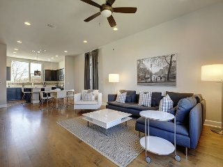 3BR, 3.5BA E. Austin Townhouse w/Rooftop Deck, Gourmet Kitchen and Views