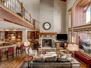 High-End 4BR+Den, 5.5BA Cimarron Townhome w/Hot Tub–500 Yards to Slopes