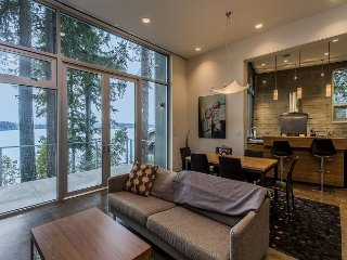 Pet-Friendly 3BR, 2.5BA Home on Bainbridge Island Bay - 3 miles to Central Ba
