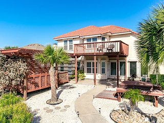 3BR, 2.5BA Winter Texans Dream Home-Canal Front w/ Dock and Private Hot Tub