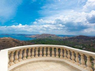Bella Vista Penthouse Casa Q Nestled on a Pacific coast hillside