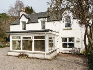 BRIDGEND HOUSE, woodburning stove, pet-friendly, sun room, Drumnadrochit, Ref 94