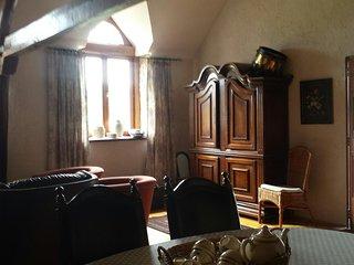 De gezellige woonkamer met zitje en eethoek en open keuken