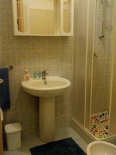 Bagno completo con doccia e bidet