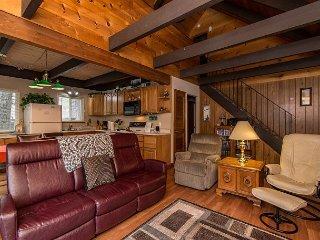 3BR + Loft Chalet, Walk to Heavenly Resort & the Best of Tahoe, South Lake Tahoe
