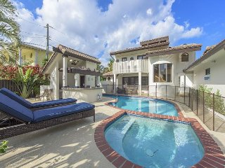 Lavish 5BR Villa w/ Pool & Outdoor Bar – Walk to the Beach, Dining, Fort Lauderdale
