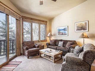 3BR 3BA Comfortable Updated Condo w/Views, and Fireplace, Pool, Hot Tubs