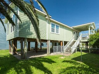 Updated 3BR House w/ Covered Outdoor Living Area –  5 Minute Walk to Beach