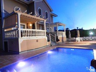 Villa familiar con dos viviendas idénticas y piscina de agua salada