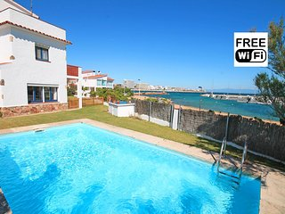 Villa in first line of the sea with views, pool and garden