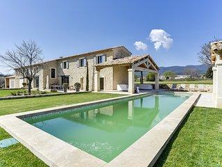 Mas provençal avec piscine au pied du Luberon