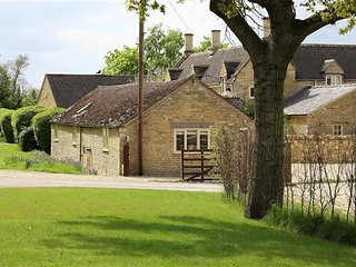 Kite Barn spacious and attractive barn in Cotswold countryside (great getaway)