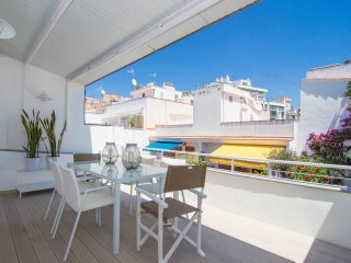 Elegant and centrally located with two terraces in Sitges.