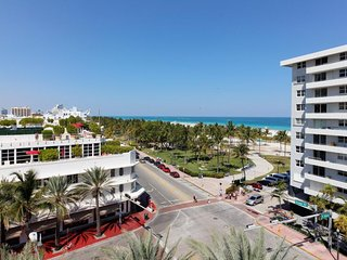 Spacious dog-friendly condo w/ shared rooftop pool & incredible location!, Miami Beach