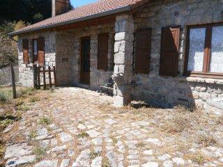 Tres belle maisonnette en granit de pays, Chanaleilles