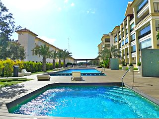 Luxury 2 beds apartment with terrace,sea view,pool&Spa,Gim,Wi-Fi,Sat TV,beachfro