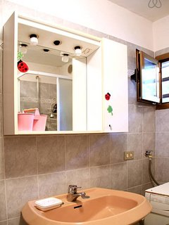 Lavandino e specchio del bagno.