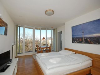 Parkview Skyline apartment in Mitte with WiFi, gedeelde tuin, balkon & lift.