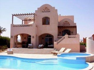 Villa Amira-zeer luxe villa met verwarmd prive zwembad en jacuzzi op toplocatie