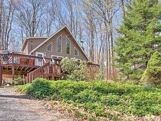 Pocono Lake House w/Private Deck, Fire Pit & Grill!