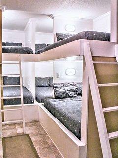 1st Floor Bunkroom With 6 Queens - Sleeps 12