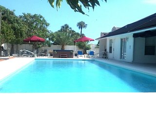 Jupiter Beach Vacation Villa - 60' Pool - Jacuzzi - 2 - 4 Minutes Walk to Beach