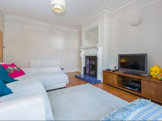 Charming London house in quiet neighbourhood, Morden