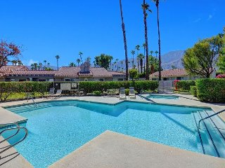 Chic 2BR Condo in Palm Springs Golf Course Community – Close to Downtown