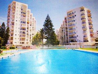 La plus grande piscine de Salobrena: 30m X 16m. Juste à côté, une pataugeoire et un bassin enfants.