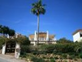 3 bedroom detached villa with own gardens, in leafy Calahonda Country Club.