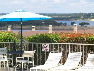 POOLSIDE PARADISE~LAKEVIEW~POOLSIDE~1/1 CONDO~ SLEEPS 5~NORTHSIDE~WII~CABLE~, Canyon Lake