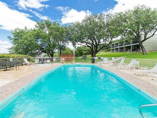 POOLSIDE PARADISE~LAKEVIEW~POOLSIDE~1/1 CONDO~ SLEEPS 5~NORTHSIDE~WII~CABLE~