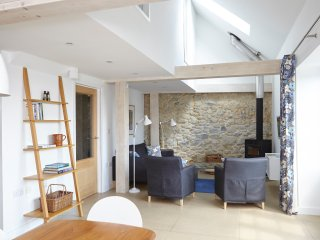 Luxury Contemporary Barn with Sea Views, South Facing Garden, Parking, WiFi