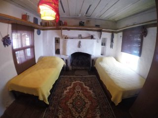 Cozy yellow room in original old house in Kas centre with seaview