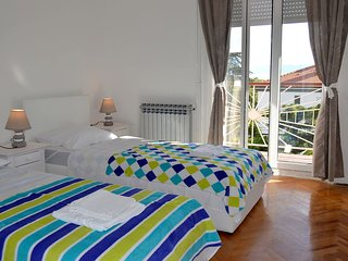Spacious 2 bedroom 112 m2 apartment - near the beach - free parking!