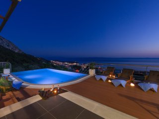 Last minute offer.,heated infinity pool,sea and mountain View,