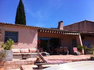 Bastide provençale, maison de famille avec grande piscine couverte. Très calme.