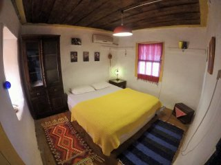 Cozy orange room in original old house in Kas centre with seaview