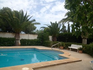 Chalet familiar con piscina, jardin y cerca playa