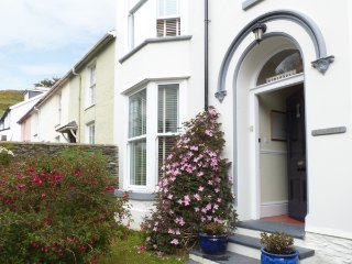 BODLONDEB, Victorian townhouse, woodburning stove, WiFi, off road parking