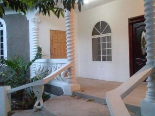 Great Value XXL Room and Beautiful Garden Villa - minutes from Kingston