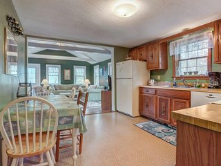 Quiet, private family-friendly house with large deck - on bike paths & bus line!, Edgartown