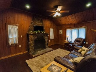 Cozy and Rustic 1 Bedroom Cabin minutes from Ohiopyle!