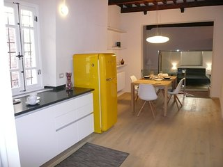Modern Apartment : Perfect City Centre Location, Wi-Fi, Air-Con, Newly Restored
