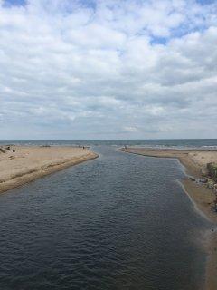 A escasos metros se encuentra la desembocadura del rio