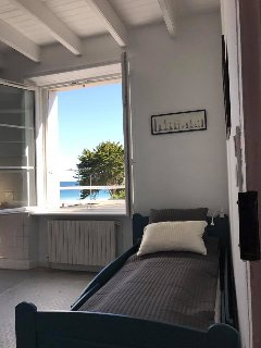 Room 2 - 1rst floor - Single size bed - Sea view - En suite bathroom