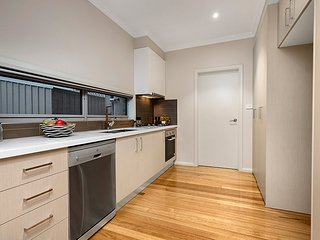 Self-contained Townhouse Close to Melbourne Airport & the City CBD, Tullamarine