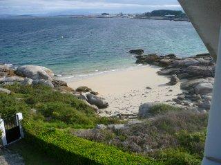 Casa con jardín al borde del mar