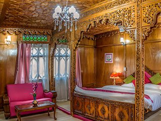 Naaz Kashmir Luxury HouseBoats- Lotus Suite